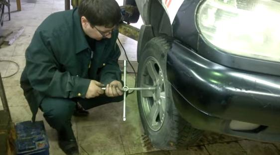 Процесс откручивания колеса