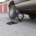 Автомобиль поднятый домкратом